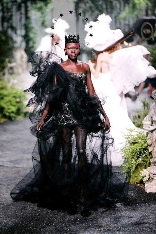 Defile de Mode Haute Couture Automne Hiver 2005-2006. Dior. Marineau. W